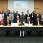 Bild 1: Unterschrift einer Kooperationsvereinbarung der TU Ilmenau mit der Tokyo Denki University (東京電機大学)