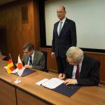 Bild 3: Unterschrift einer Kooperationsvereinbarung der TU FSU Jena mit der Japan Aerospace Exploration Agency (宇宙航空研究開発機構)